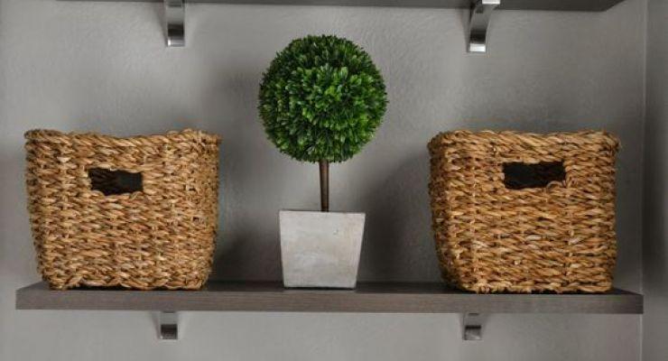 organizar as prateleiras com nichos que combinam e deixar alguns itens visíveis pode ser bem bacana para dar aconchego no banheiro