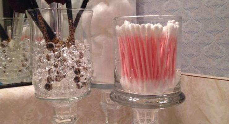 taças, vidros de compota e muitas outras peças que você nem pensaria em usar no banheiro, podem ficar um charme só!