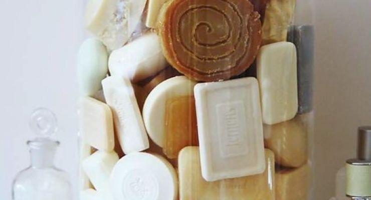 uma bomboniere sendo usada para guardar sabonetes diversificados.